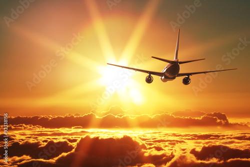 Photographie Avion est en train de décoller au coucher du soleil
