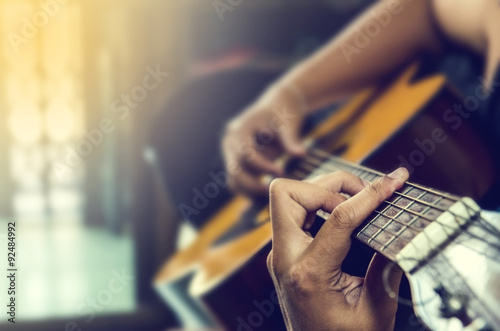Obraz na płótnie Ręka mężczyzny w gitarze klasycznej