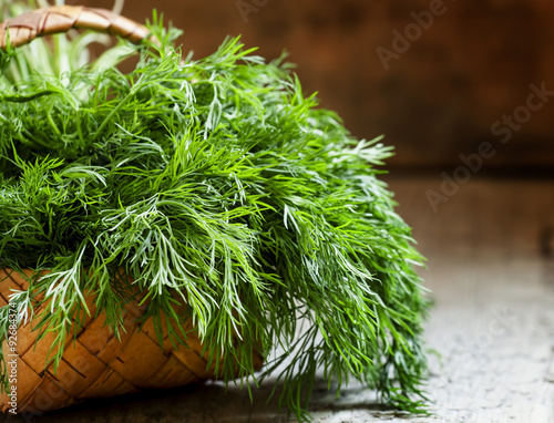 Photo Fresh dill from the garden on the old wooden table in rustic sty