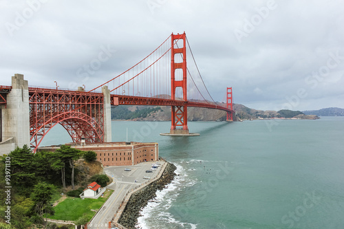 Photo Golden Gate bridge view from the hill in the cloudy day.