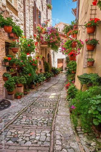 Fototapeta Ulica w małym miasteczku we Włoszech w słoneczny dzień wysoka