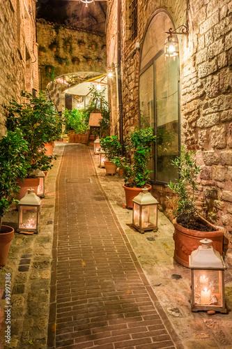 Fototapeta Pięknie udekorowana ulica w miasteczku w Włoszech, Umbria na wymiar