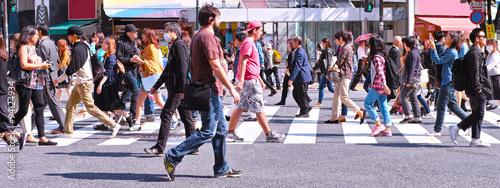 Fotografia 横断歩道を歩く群衆