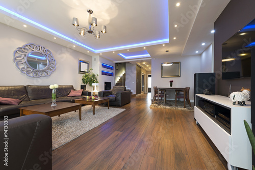 Fotografia Luxury specious living room interior with modern ceiling lights