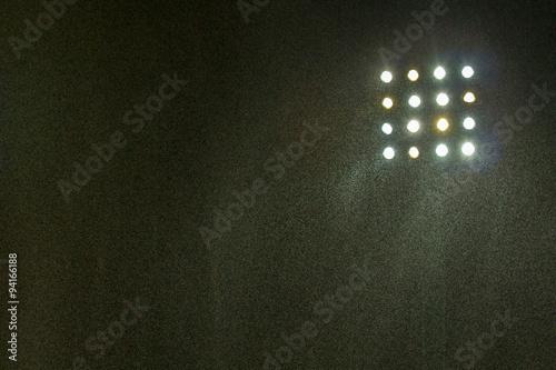 Fototapeta premium Stadion piłkarski z deszczem w nocy.