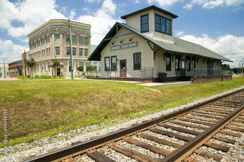 Obraz na płótnie Emporia Virginia Train depot and railroad tracks in rural southeastern Virginia