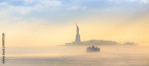 Photo Staten Island Ferry cruises past the Statue of Liberty.