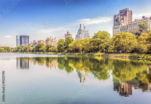 Carta da parati Central Park reflected in lake, New York City, USA.