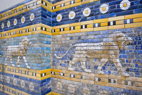 Fotografía Lions following on the hunt, patterned wall of  the historical city of Babylon