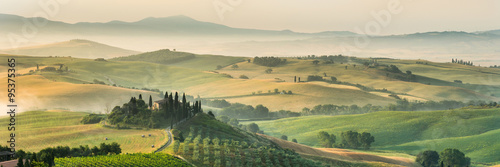 Fototapeta premium letni krajobraz Toskanii we Włoszech.