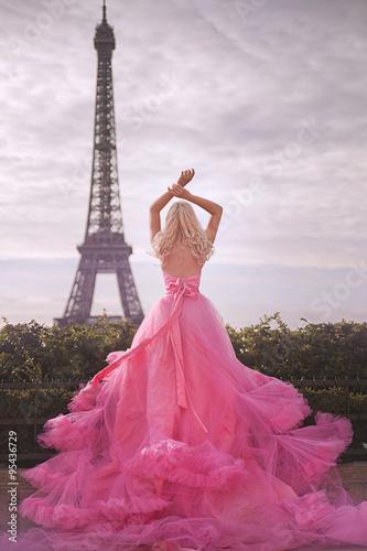 Obraz na plátně beautiful girl in a pink dress near the Eiffel tower in Paris