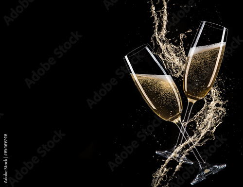 Fotografia Glasses of champagne with splash, celebration theme.