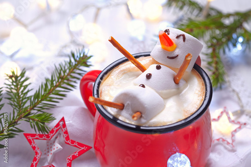 Photo Hot chocolate with melted snowman