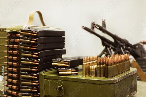Fotografia ammo to machine guns and pistols in the cage