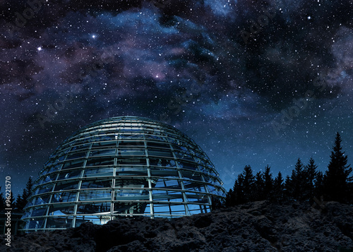 Fotografía futuristic glass dome under the milky way