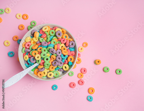 Photo Colorful cereal  on a pink  background