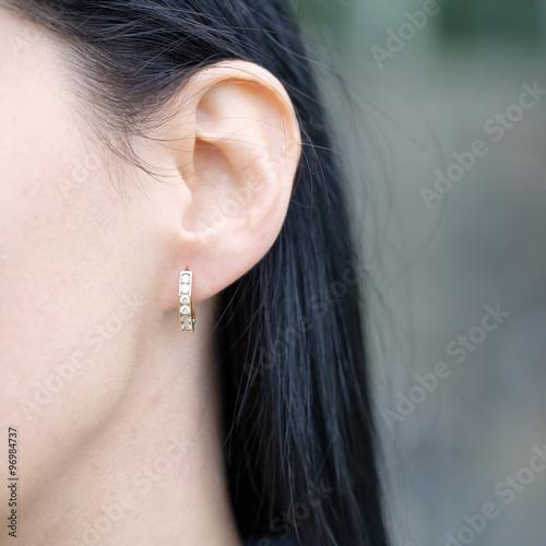 Fotografia woman wearing diamond earring