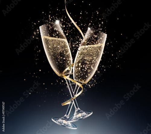 Fotografia glasses of champagne on a black background.