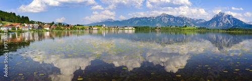 Spiegelung der Berge im Hopfensee im Allgäu #97310786