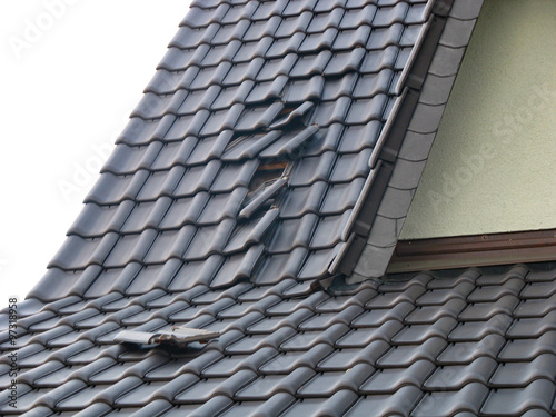 Fotografia Sturmschaden - verrutschte Dachziegel nach Orkan