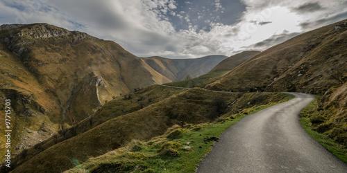 Canvas Print Camino que cruz als montañas en el pirineo
