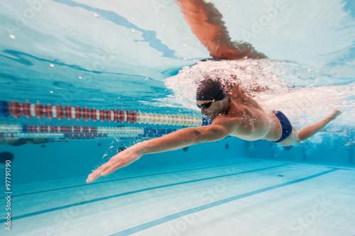 Canvas Print Professional man swimmer inside swimming pool.