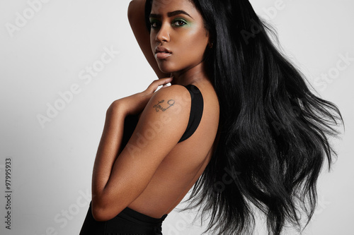 Valokuva beauty black woman from the side with a blowing hair