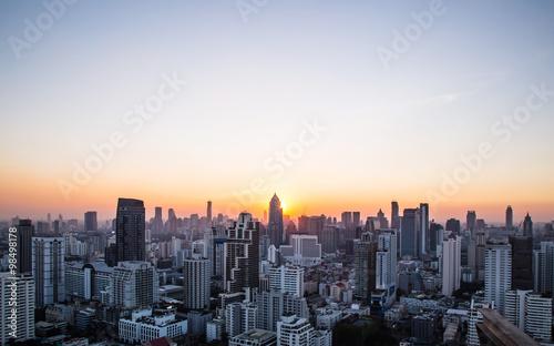 Fototapeta premium to jest Cityscape i zachód słońca w godzinach wieczornych
