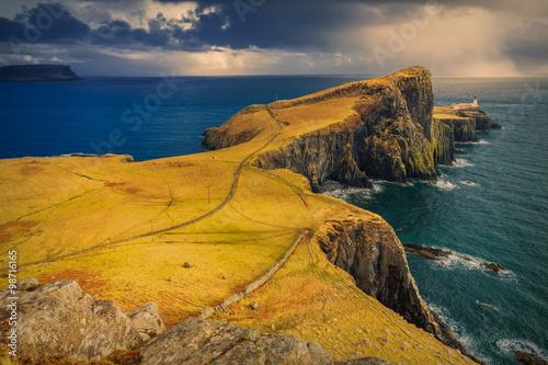Dramatyczne pochmurno i deszczowo niebo nad Neist Point i jego latarnia morska n Fototapeta