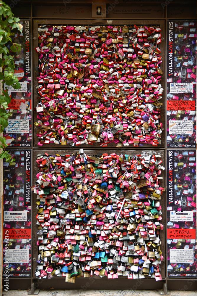 Kłódki zakochanych na dziedzińcu przed domem Julii w Weronie - Włochy - obrazy, fototapety, plakaty