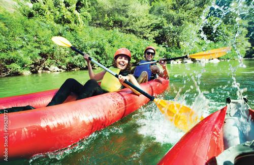 Fotografía fun splashing canoe river