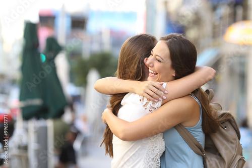 Canvastavla Happy meeting of friends hugging