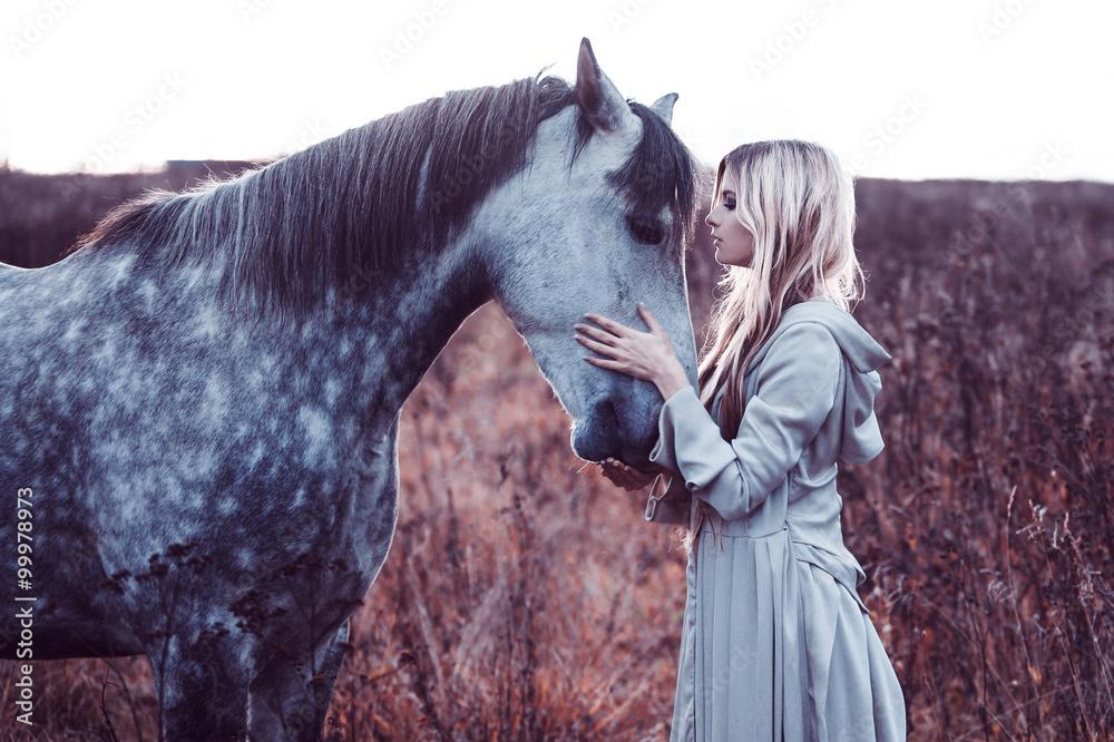 piękna blondie z koniem w polu, efekt tonizujący <span>plik: #99978973   autor: Ulia Koltyrina</span>