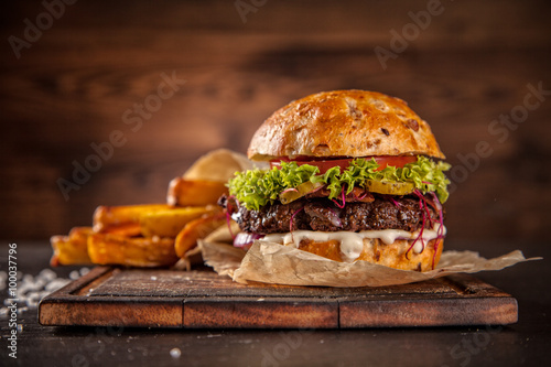 Tablou Canvas Home made hamburger with lettuce and cheese