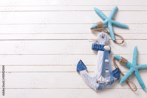 Fotografia Decorative anchor  and marine items on  white wooden background.