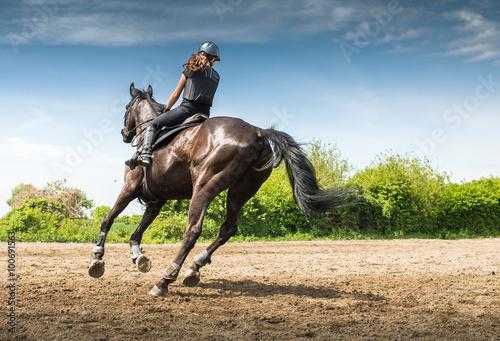 Photo woman riding a horse