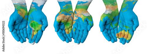 Plakat Mapa świata, malowana na ludzkich dłoniach malowana