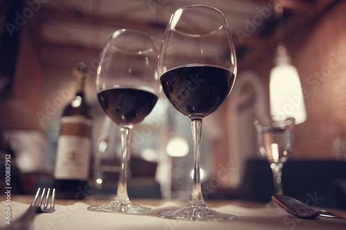 Fototapeta červené víno ve francouzském interiér restaurace