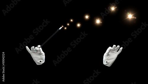 Fotografia magician hands with magic wand showing trick
