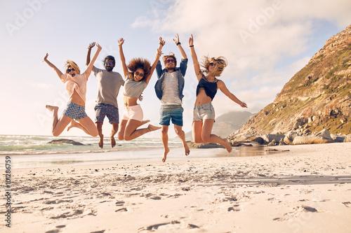 Billede på lærred Group of friends on the beach having fun