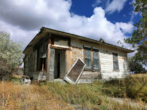 Tablou Canvas Abandoned prairie shack with broken windows and door - landscape photo