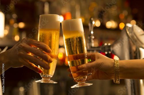 Tableau sur Toile Les hommes et les femmes sont des toasts avec de la bière