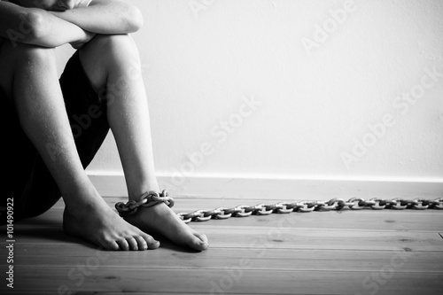 Abused Boy with Chain on his Foot in Monochrome Fototapet