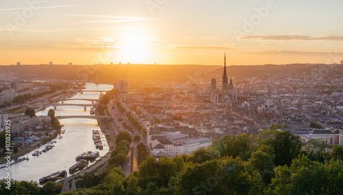Fotografia Panorama de la ville de Rouen au soleil couchant avec la Seine et la cathédrale