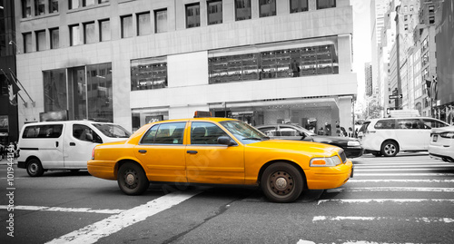 Canvas Print Yellow cab in Manhattan with black and white background