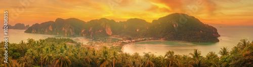 фотография Tropical island with resorts - Phi-Phi island, Krabi Province, Thailand