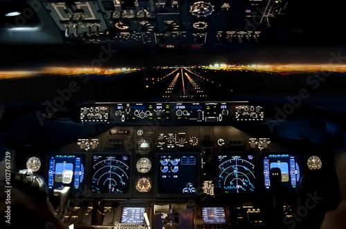 L'approche finale de nuit - avion atterrissage vue du poste de pilotage Poster Mural XXL