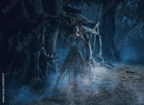 Foto fantasy woman trees spirit wanders woods in dark magic forest