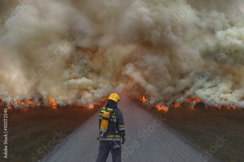 Valokuva Firefighter trying to prevent the spread of natural disaster