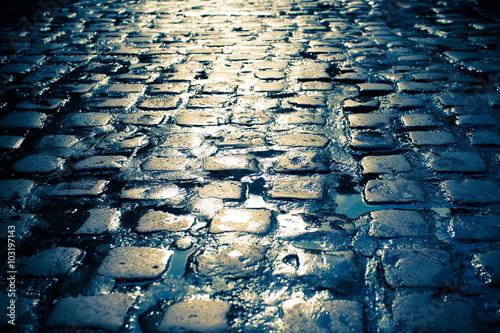 Cuadros en Lienzo Wet cobblestone on old dark European street.